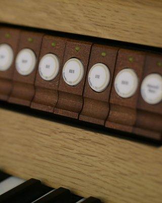 7 drewnianych pistonów ręcznych pod manuałem I (na życzenie: 18 pistonów)
