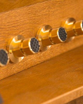 8 pistonów nożnych (drewnianych lub mosiężnych)